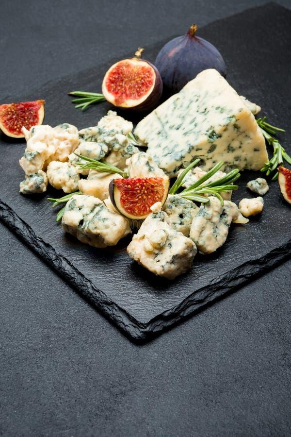 切片法国羊乳干酪乳酪用无花果 免版税库存图片