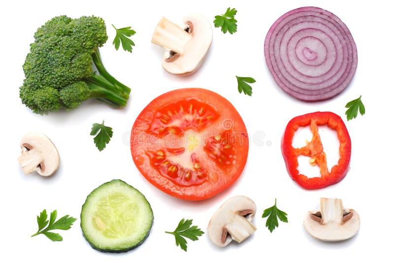 切片的混合在白色背景和硬花甘蓝隔绝的蕃茄、红洋葱、荷兰芹、蘑菇 顶视图 免版税库存图片