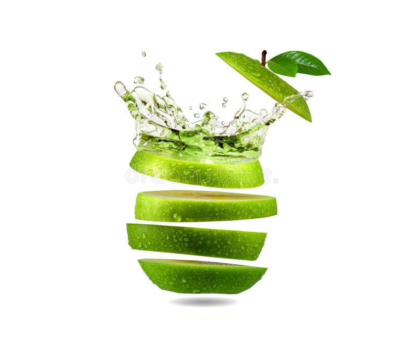 切片绿色苹果水飞溅 免版税库存照片
