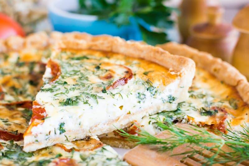 切片自创法国乳蛋饼饼用蕃茄、乳酪和草本 免版税库存图片