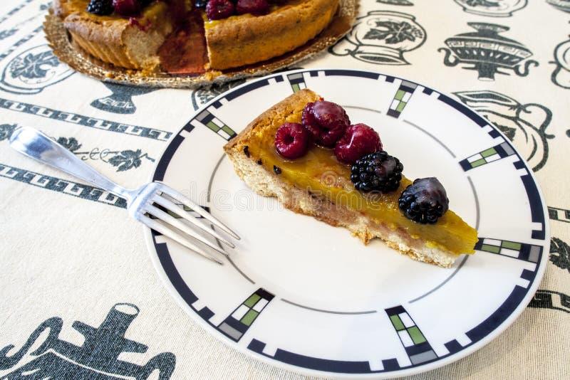 切片蛋糕用在一块白色板材的果子用莓 库存图片