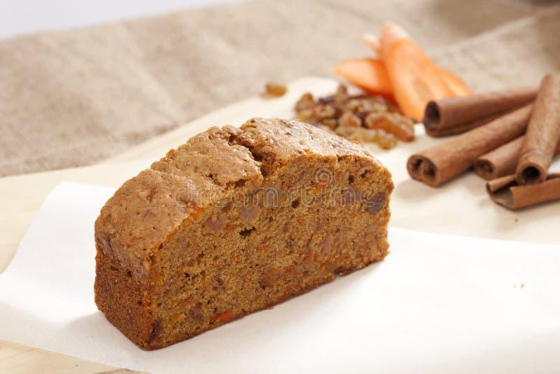 切片蛋糕用红萝卜桂香和胡桃 图库摄影