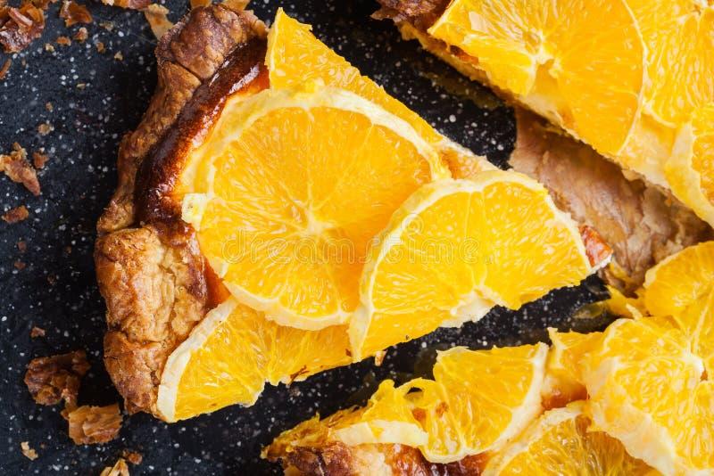 切片馅饼用乳酪和切的桔子 图库摄影