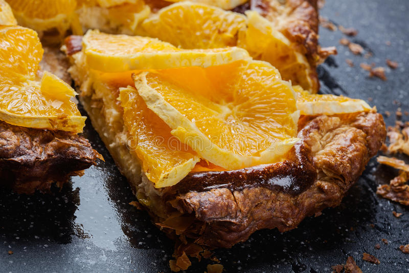 切片馅饼用乳酪和切的桔子 库存照片