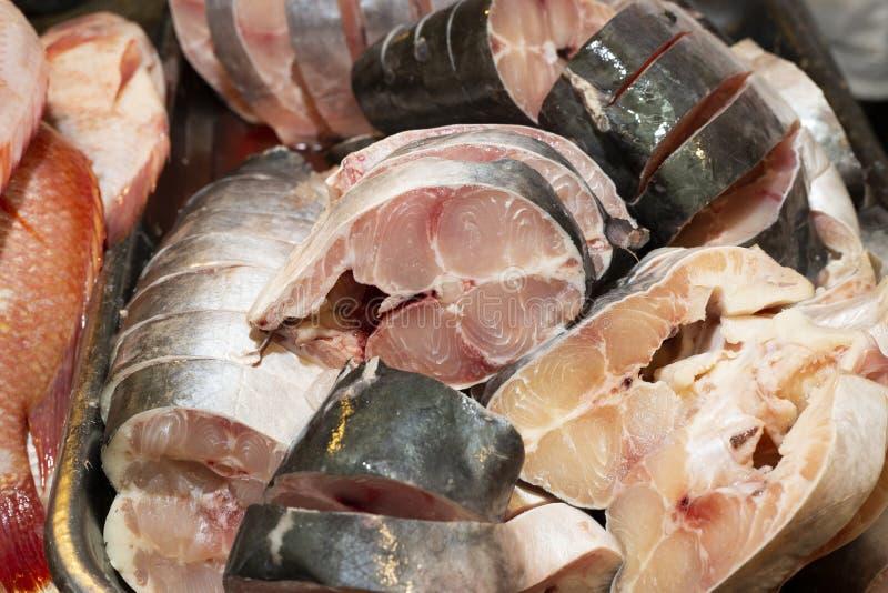 切片鲶鱼在哥伦比亚的市场上 免版税图库摄影