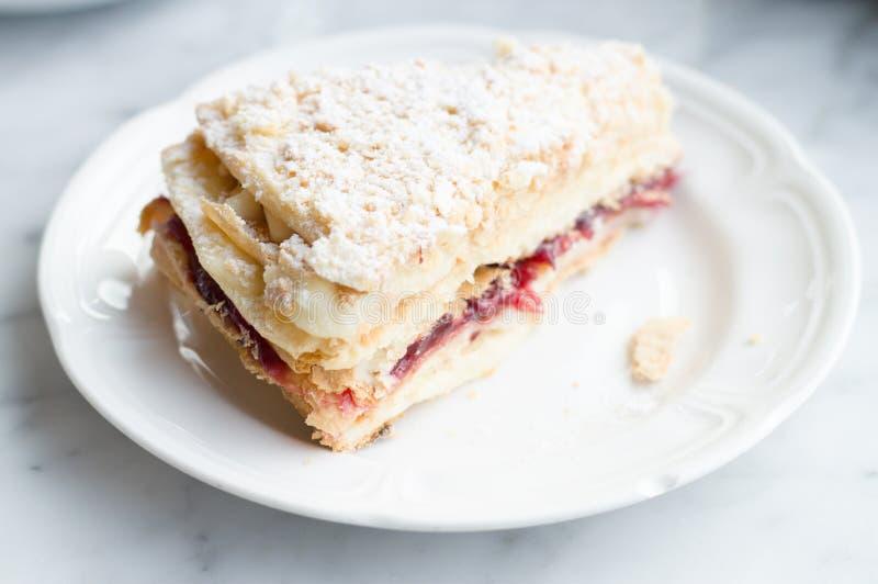 切片Mille Feuille蛋糕用果酱和奶油 免版税库存图片
