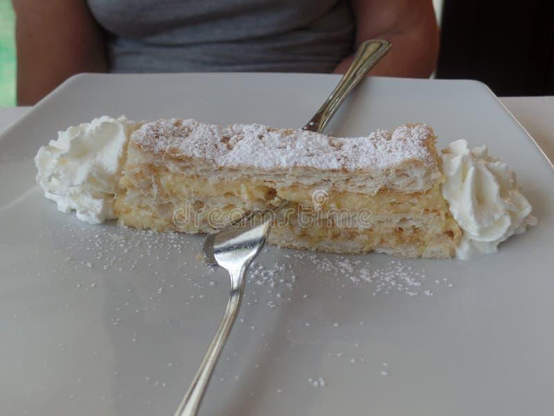 切片mille feuille酥皮点心服务与打好的奶油 库存照片
