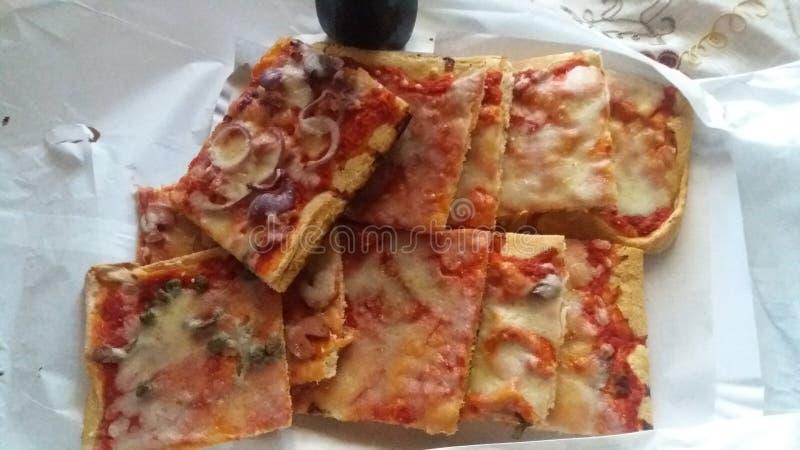 切的混杂的比萨准备好在桌里吃 免版税库存照片