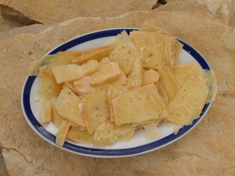 切的乳酪室外在岩石 免版税库存图片
