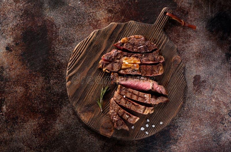 切的半生半熟烤牛排Ribeye 免版税图库摄影