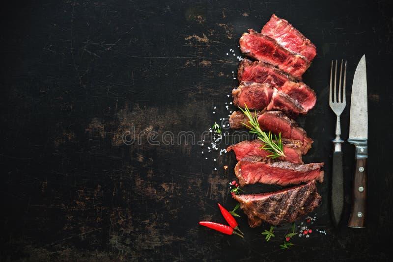 切的半生半熟烤牛肉ribeye牛排 免版税图库摄影