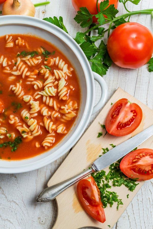 切的新鲜的蕃茄和做的蕃茄汤 库存照片