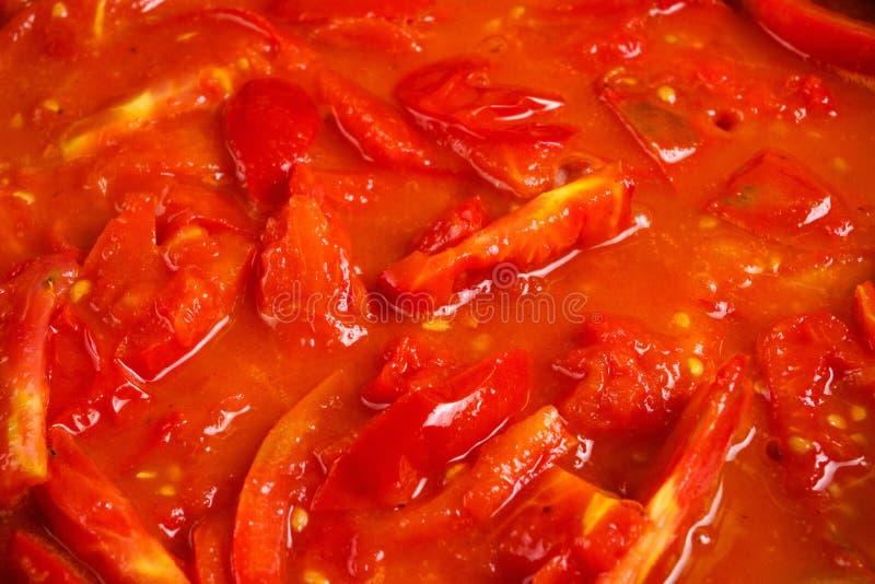 切的束新鲜的红色蕃茄在平底锅炖了 免版税库存照片