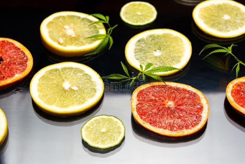 切的柠檬和葡萄柚 免版税图库摄影