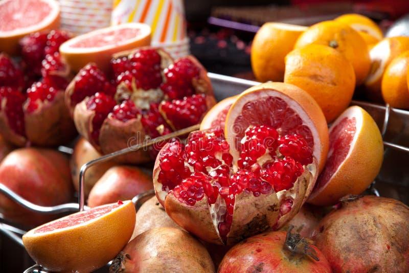 切的石榴果子在市场上说谎在伊斯坦布尔 免版税图库摄影