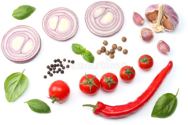 切的红洋葱、炽热辣椒、在白色背景和香料隔绝的蕃茄、大蒜 顶视图 库存照片