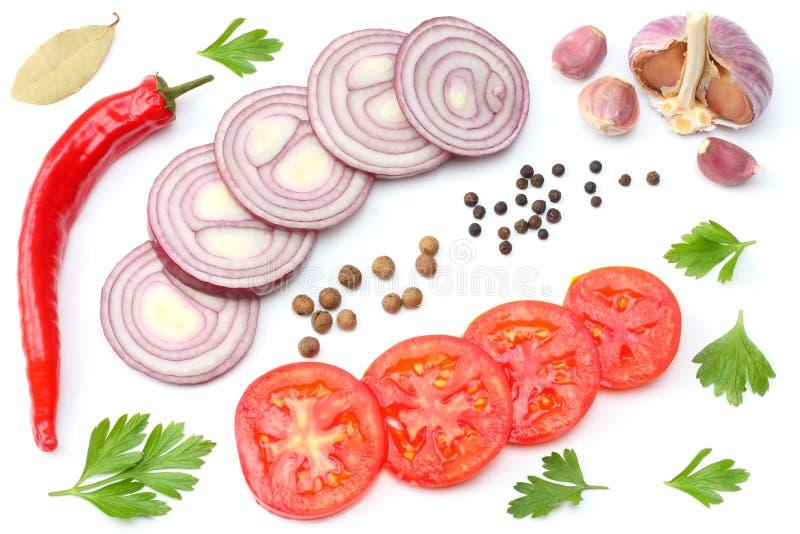 切的红洋葱、炽热辣椒、在白色背景和香料隔绝的蕃茄、大蒜 顶视图 免版税库存图片