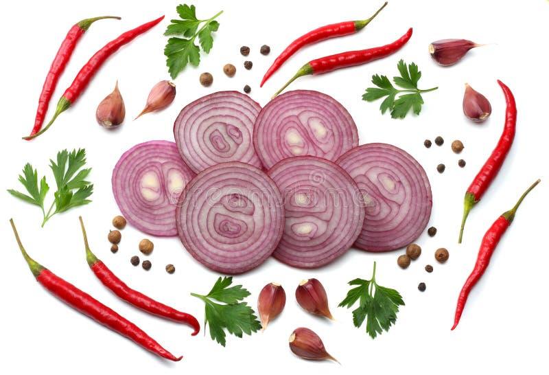 切的红洋葱用在白色背景顶视图和香料隔绝的荷兰芹、大蒜 免版税图库摄影