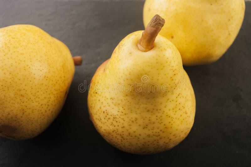 切的背景剪切果子半菠萝 在老木头的新鲜的有机梨 免版税库存图片