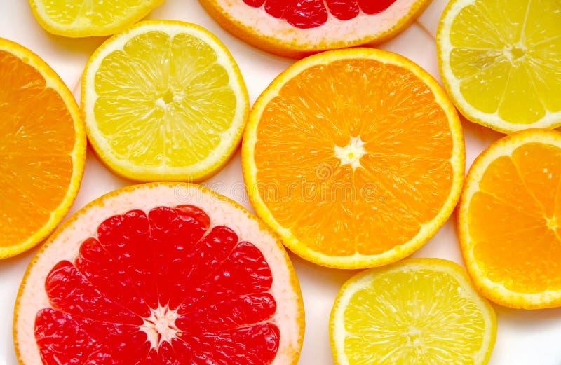 切的葡萄柚、桔子和柠檬 免版税库存图片