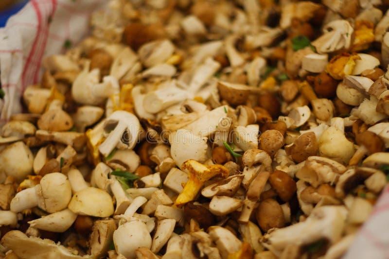 切的蘑菇在市场上 库存照片