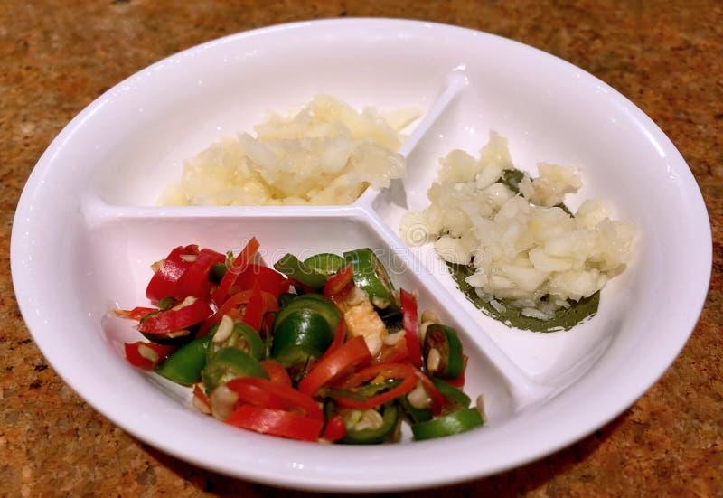 切的辣椒和切好的大蒜 免版税库存图片