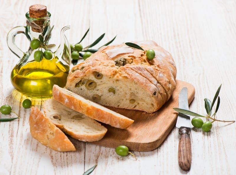 切的面包用橄榄 免版税库存照片