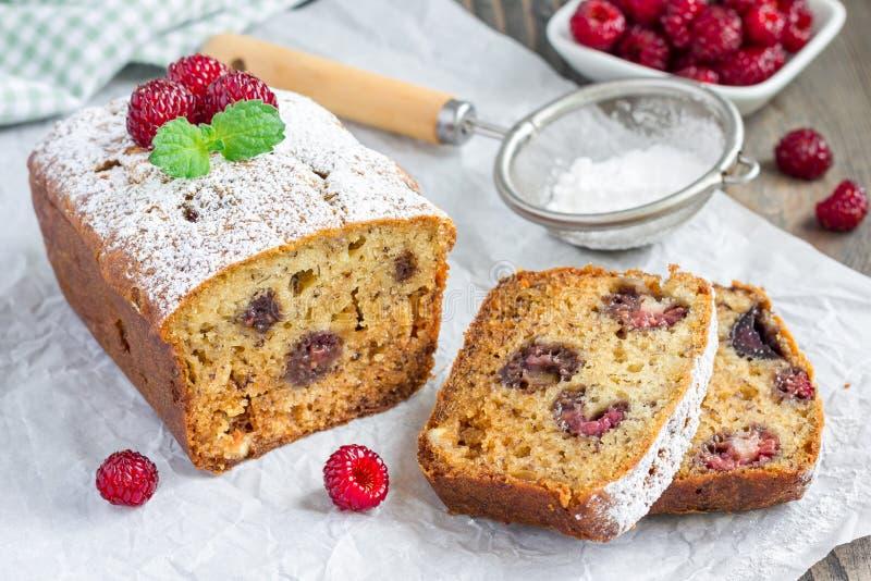 切的香蕉面包用莓,樱桃和白色巧克力,水平 免版税库存照片