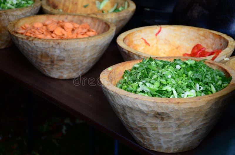 切的,被切的春天葱、沙拉葱、葱或者薤在一个木碗 免版税库存图片