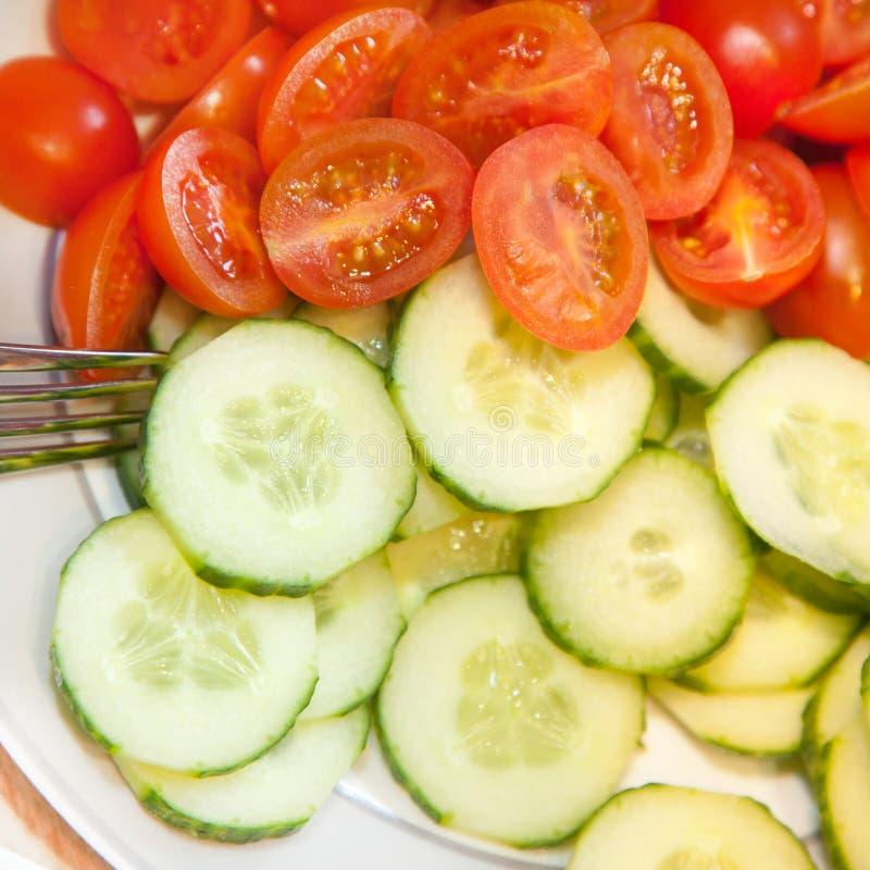 切的黄瓜和葡萄蕃茄背景  库存图片