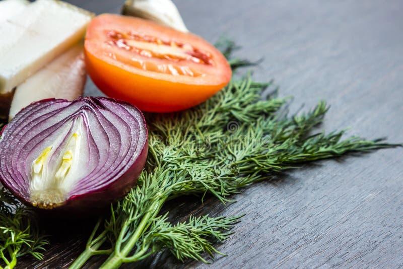切红洋葱、蕃茄、莳萝、猪油salo和大蒜在木桌上 免版税库存图片
