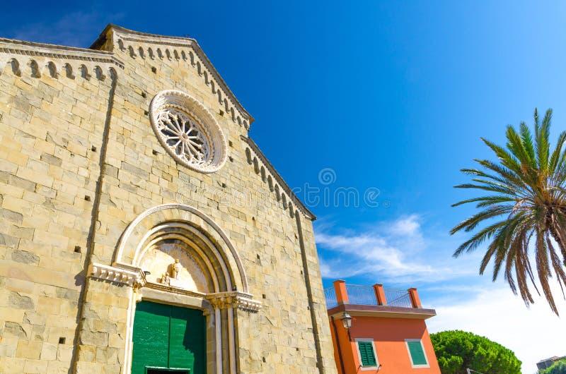 切萨二圣彼得罗岛天主教会在Corniglia村庄有清楚的天空蔚蓝拷贝空间背景在美好的夏日,Natio 图库摄影