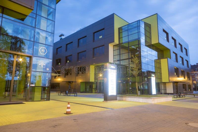 什切青, POLAND-27 2016年7月:现代办公楼在晚上 免版税库存图片