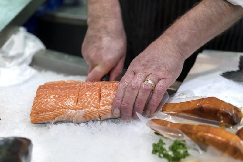切,去骨切片或者削减新slamon o的英国鱼贩 免版税库存照片