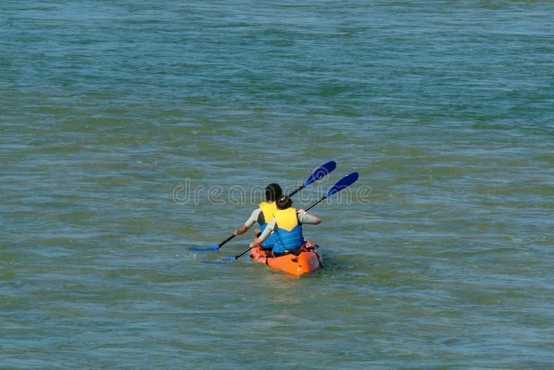 划独木舟的人 免版税库存照片