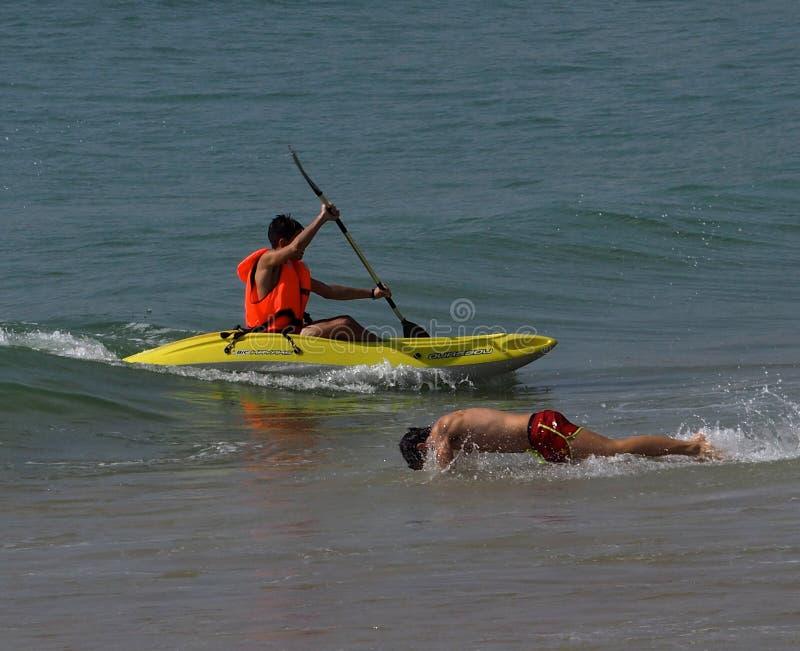划皮船和游泳在阿尔布费拉葡萄牙附近 免版税库存图片