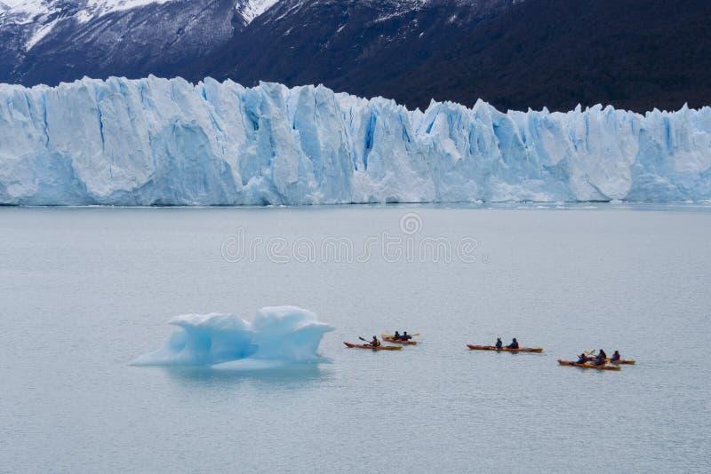 划皮船在佩里托莫雷诺冰川附近的游人在阿根廷 库存照片