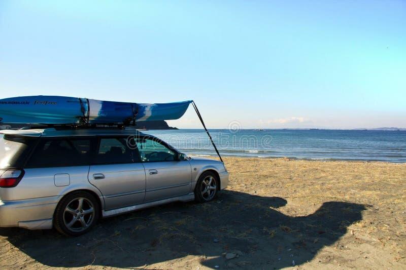 划皮船在日本汽车登上 免版税库存照片