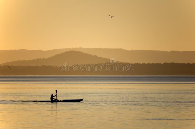 划皮船在日落的LakeTuggerah 免版税库存图片
