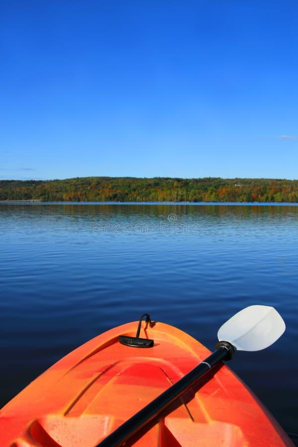 划皮船在早期的秋天 库存图片