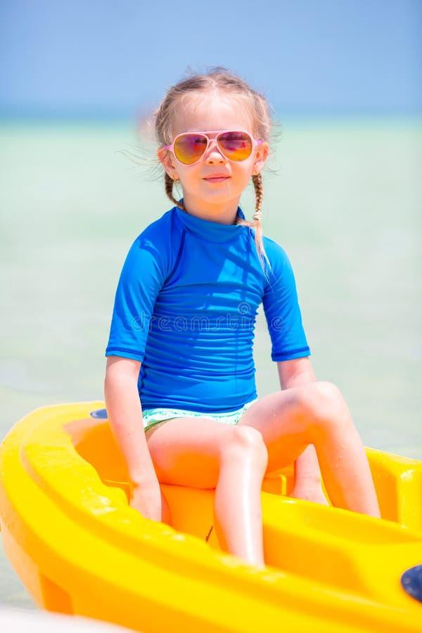 划皮船在暑假时的可爱的小女孩 图库摄影