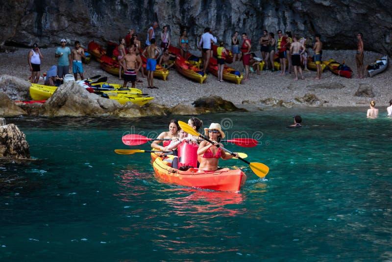 划皮船在杜布罗夫尼克,克罗地亚 免版税库存照片