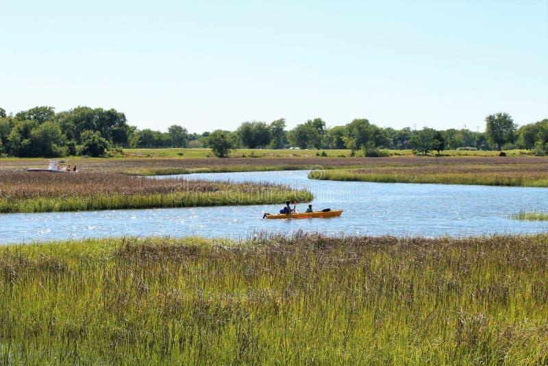 划皮船在查尔斯顿沼泽和强湿地地区,南卡罗来纳 免版税库存照片