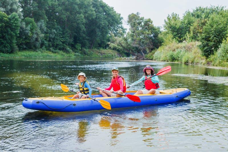 划皮船在河的家庭 免版税库存照片