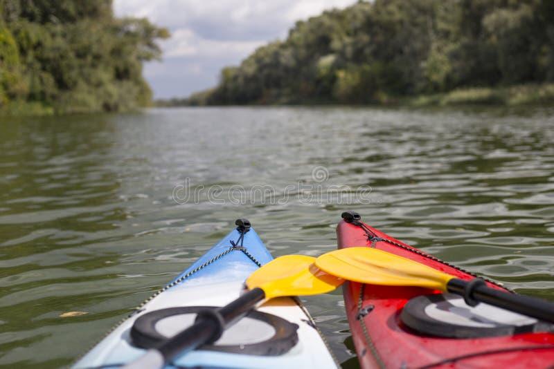 划皮船在河 免版税图库摄影