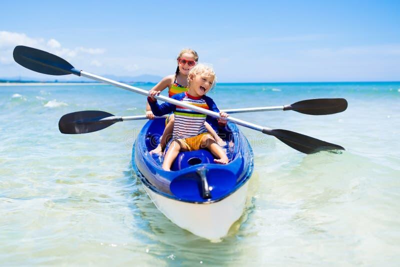 划皮船在海洋的孩子 皮船的孩子在热带海 库存照片