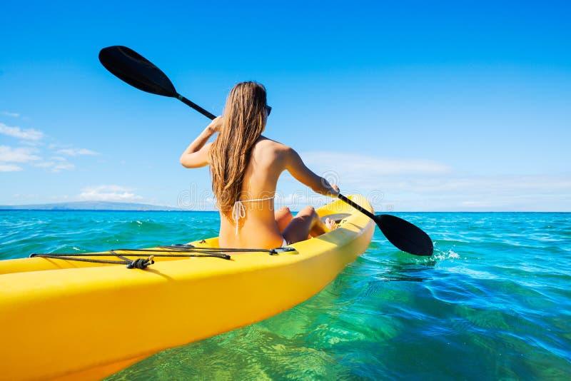 划皮船在海洋的妇女在度假 免版税库存照片