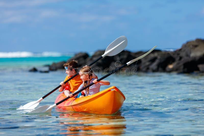 划皮船在海洋的孩子 库存照片
