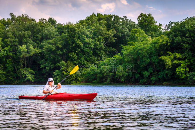 划皮船在湖 免版税库存照片