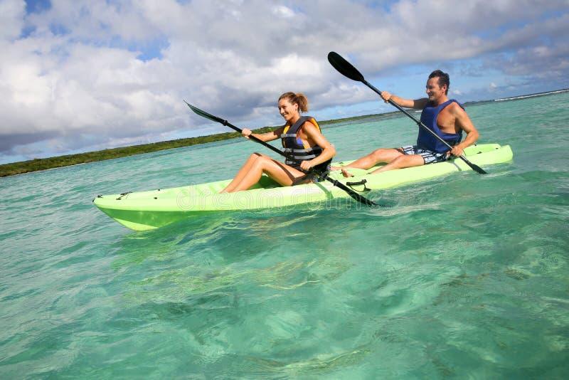 划皮船在热带的夫妇 库存照片